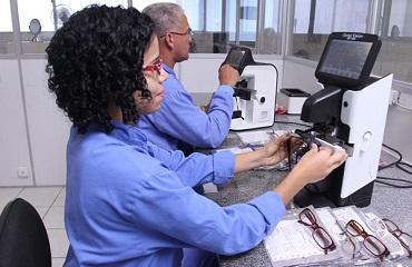Óculos de fabricação própria comercializados a baixo custo em farmácias da rede Lafepe.