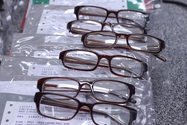 Óculos produzidos seguem para embalagem